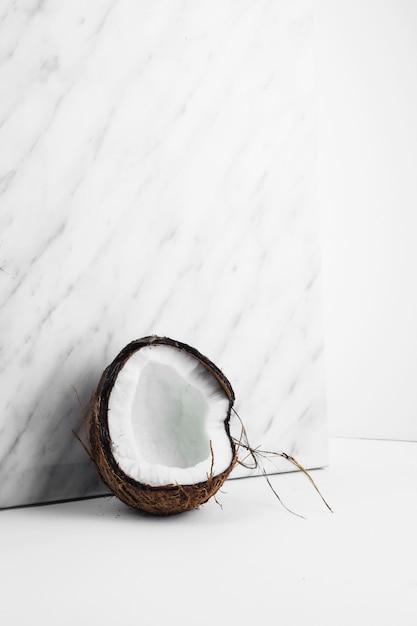 Concha de coco fresco contra el telón de fondo de mármol Foto gratis