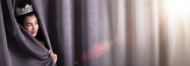 El concurso concept of beautiful miss pageant queen abre el telón del escenario como ventanas de la nueva oportunidad, vida, oportunidad y trabajo. asian woman lo cambia todo al día siguiente después de ganar diamond crown. Foto Premium