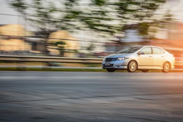 Conducción de automóviles en carretera Foto Premium