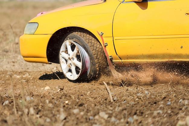 Conducción de emergencia, reventón de los neumáticos, rotura de neumáticos Foto Premium