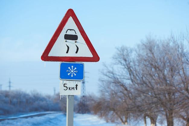 Conducción de invierno - carretera país Foto Premium