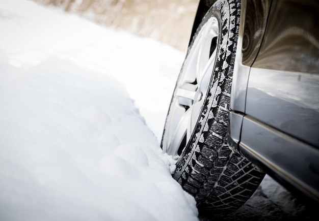 Conducir coche en invierno con mucha nieve Foto Premium