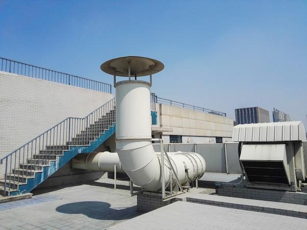 Conducto de ventilación en el techo del edificio Foto gratis