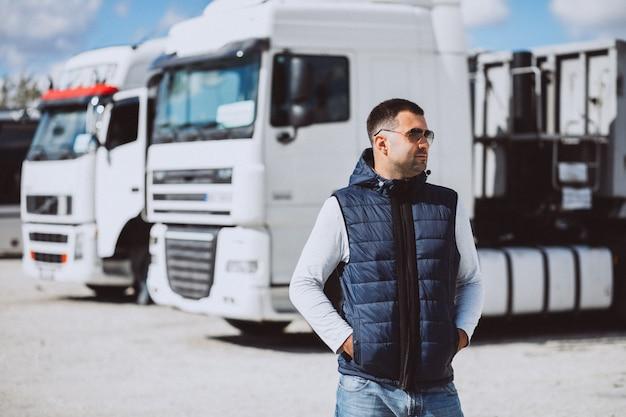 Conductor del camión en una empresa de logística. Foto gratis