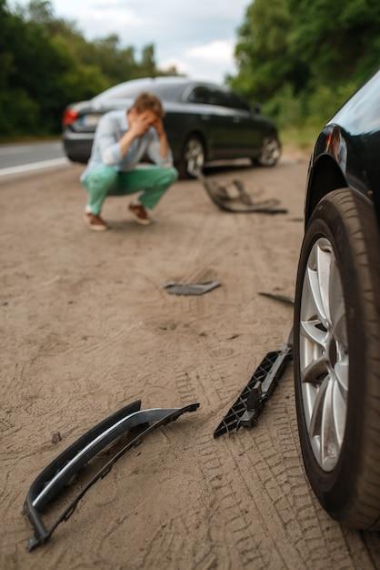 Conductores masculinos molestos después de un accidente automovilístico en la carretera. accidente de automóvil. automóvil roto o vehículo dañado, colisión de automóviles en la carretera Foto Premium