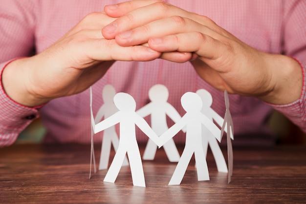 Conectado en círculo personas de papel. Foto gratis