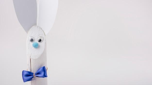Conejo de madera con orejas de papel sobre fondo blanco Foto gratis