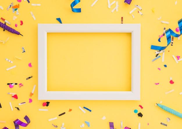 Confeti de cumpleaños con marco Foto gratis