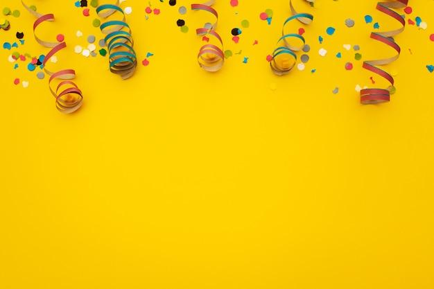 Confeti sobre amarillo Foto gratis