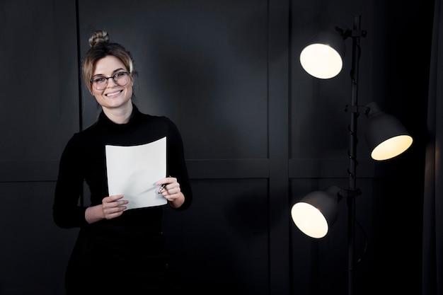 Confianza empresaria con papeles en la oficina Foto gratis