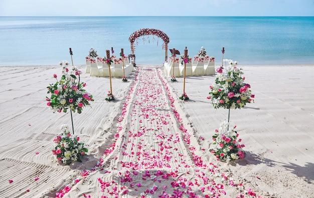Configuración De Lugar De Boda De Playa Decorar Con Ramo De Pétalos De Rosas Rojas Y Rosas Foto Premium