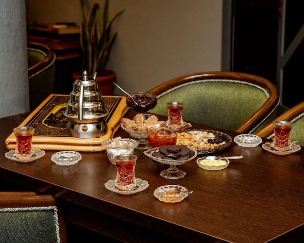 Configuración tradicional de té azerbaiyano con mermelada, postre y nueces Foto gratis