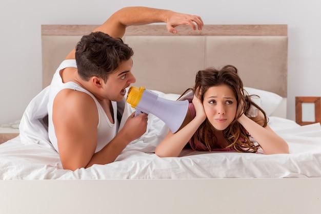 Conflicto familiar con esposa esposo en la cama Foto Premium