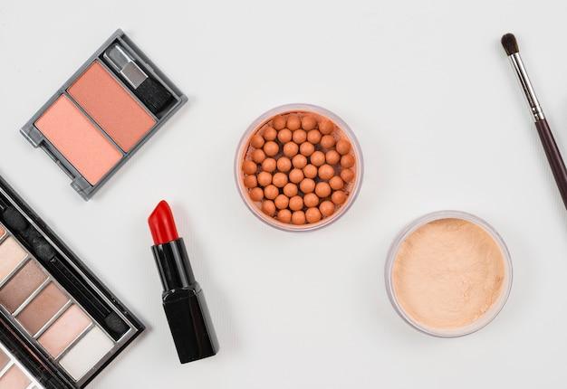 Conjunto de accesorios de maquillaje y cosmética sobre fondo blanco Foto gratis