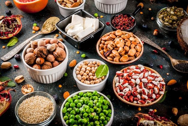 Conjunto de alimentos orgánicos de dieta saludable, superalimentos: frijoles, legumbres, nueces, semillas, verduras, frutas y verduras. Foto Premium