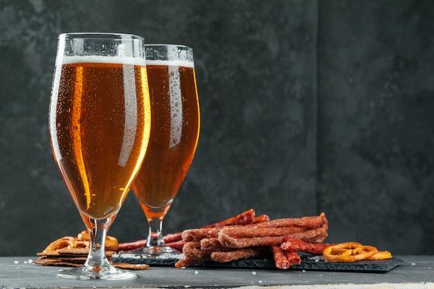 Conjunto de aperitivos de cerveza y cerveza apetitosa Foto Premium