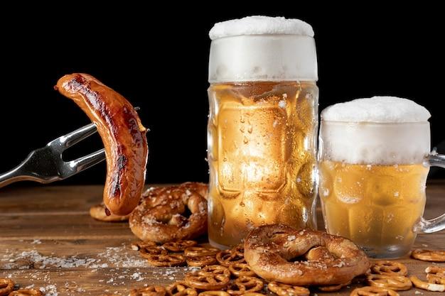 Conjunto de bebidas alemanas y aperitivos en una mesa Foto gratis