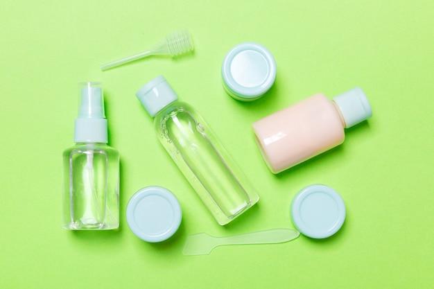 Conjunto de botellas de cosméticos de tamaño de viaje en verde Foto Premium