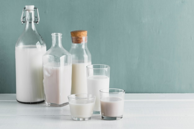 Conjunto de botellas de leche y vasos Foto gratis