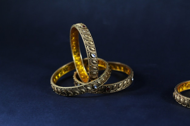 4b41990f8c80 Conjunto de brazaletes de oro y diamantes. Foto Premium