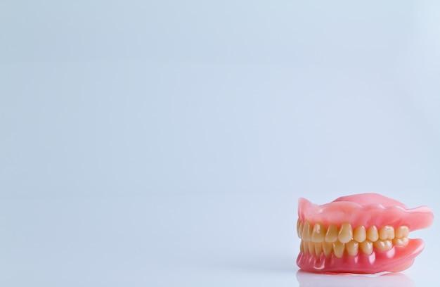 Conjunto completo de dentadura acrílica aisladas sobre fondo blanco Foto gratis