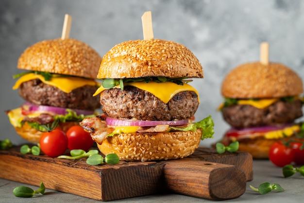 Un conjunto de deliciosas hamburguesas caseras. Foto Premium