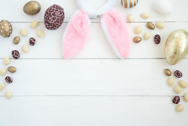 Conjunto de huevos de chocolate y orejas de conejo de pascua. Foto gratis