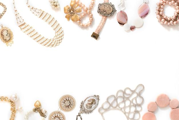 e6b2f604a1e4 Conjunto de joyas de mujer en estilo vintage collar de camafeo perla pulsera  de cadena pendientes sobre fondo blanco.