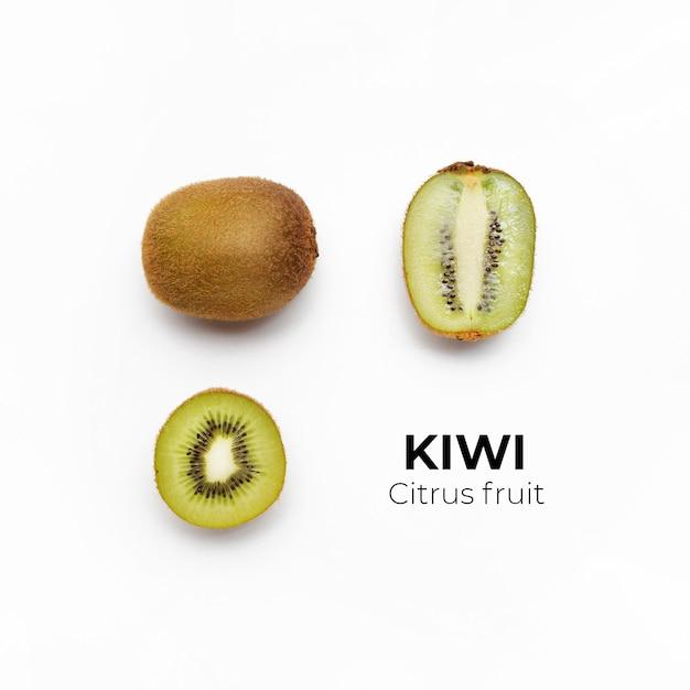 Conjunto de kiwi fresco entero y cortado y rodajas aisladas en la superficie blanca desde la vista superior Foto gratis