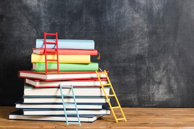 Conjunto de libros y escaleras. Foto gratis