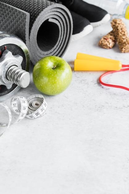 Conjunto de objetos de dieta y estilo de vida deportivo. Foto gratis