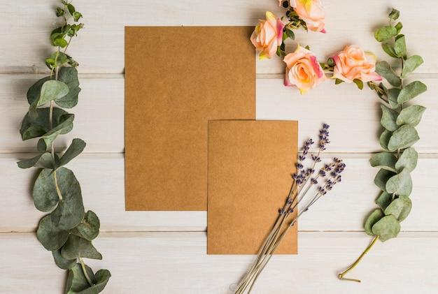 Conjunto de papelería en blanco con flores y cartón Foto gratis