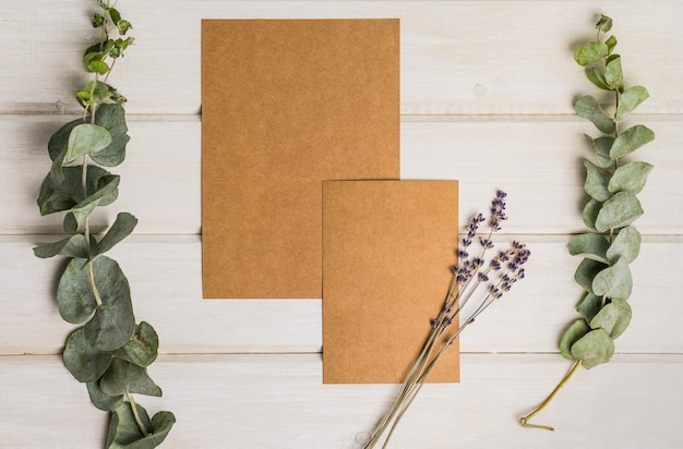Conjunto de papelería en blanco con hojas y cartón Foto gratis