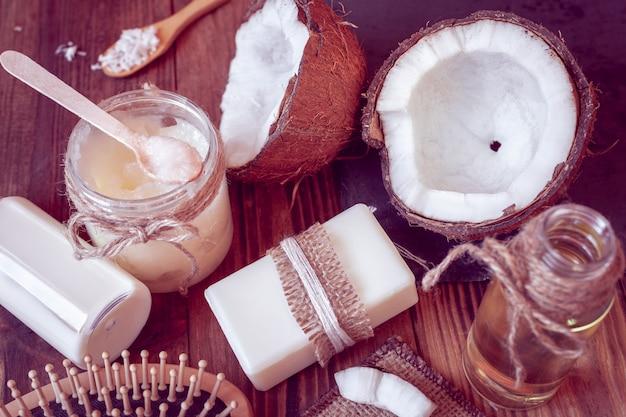 Conjunto de productos de coco para el cuidado del cabello y el cuerpo. Foto Premium