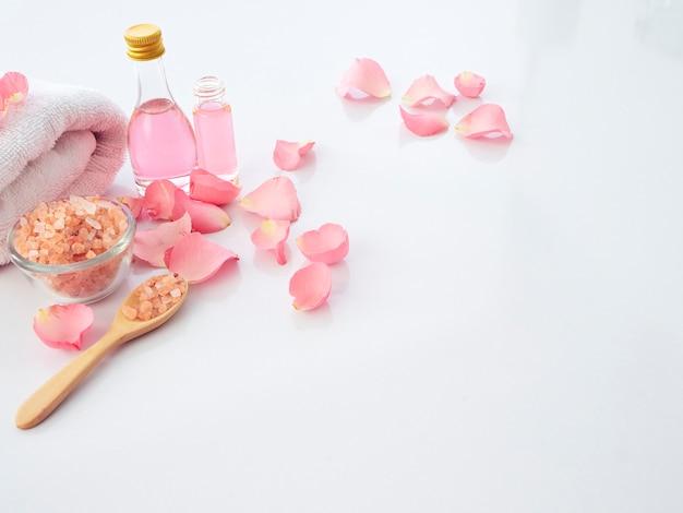 Conjunto de spa natural de sal rosa y rosa del himalaya Foto Premium