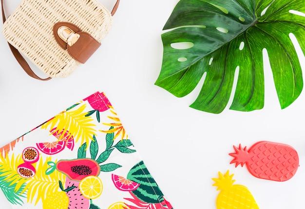 Conjunto tropical de pertenencias de playa y juguetes para viajes de verano tropical. Foto gratis