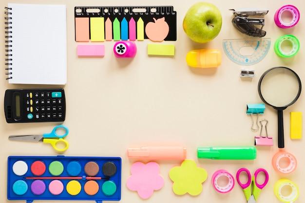 Conjunto de varias herramientas de papelería para la escuela. Foto gratis