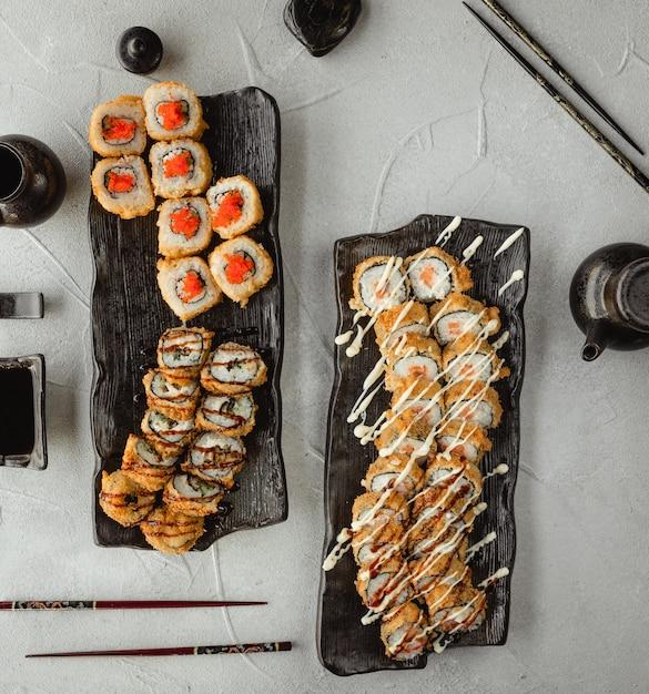Conjunto de varias vistas superiores de sushi Foto gratis