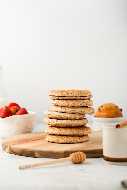 Conjunto de vista frontal de galletas integrales saludables Foto gratis