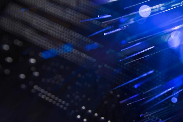 Conmutador de red con cables de fibra óptica. Foto Premium