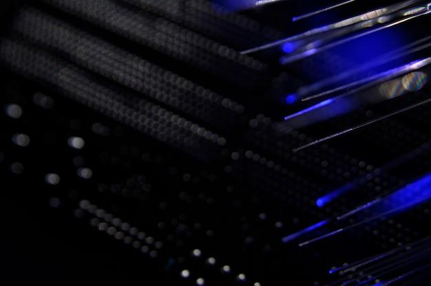 Conmutador de red negro con cables de fibra óptica. Foto gratis