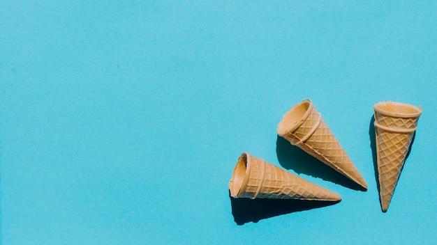 Conos de galleta recién horneados en la mesa Foto gratis