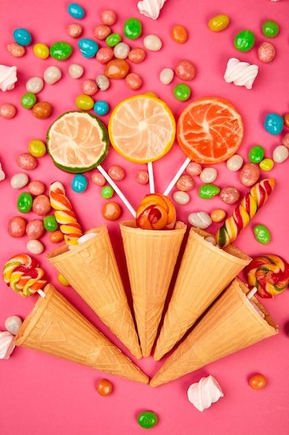 Conos de gofres de helado con dulces de colores Foto Premium