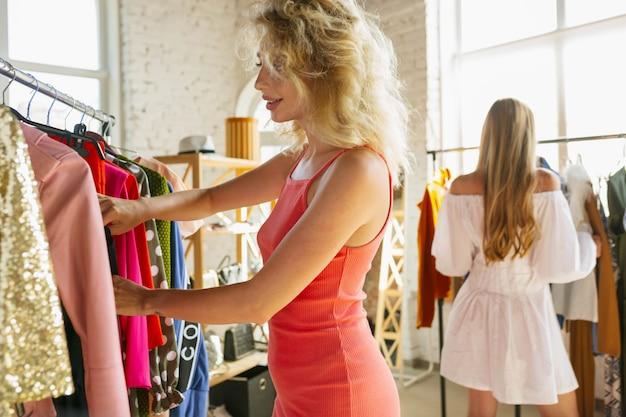 Conseguir un vestido nuevo. Foto gratis