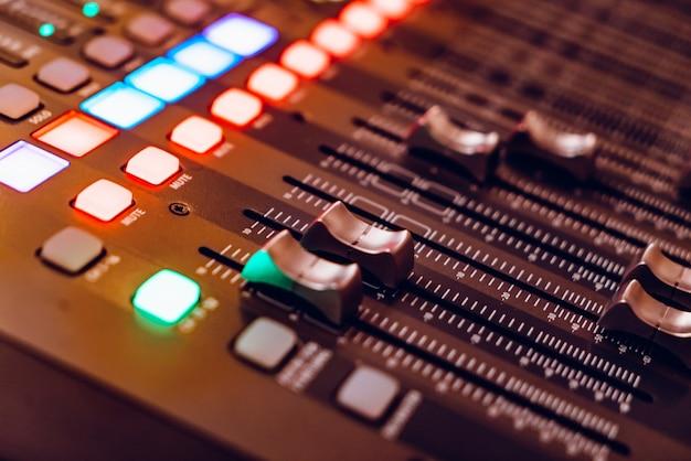 Consola de mezclas para grabar con faders y botones brillantes Foto Premium