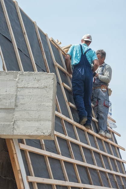 Construcción de condominios con trabajadores en el marco del techo ...