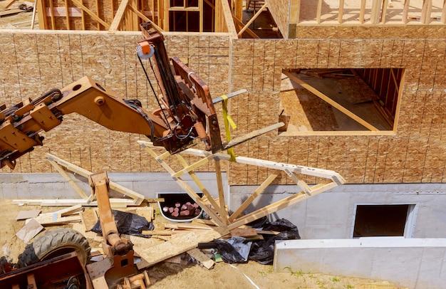 Construcción de edificios, estructura de estructura de madera en el nuevo sitio de desarrollo de propiedades Foto Premium