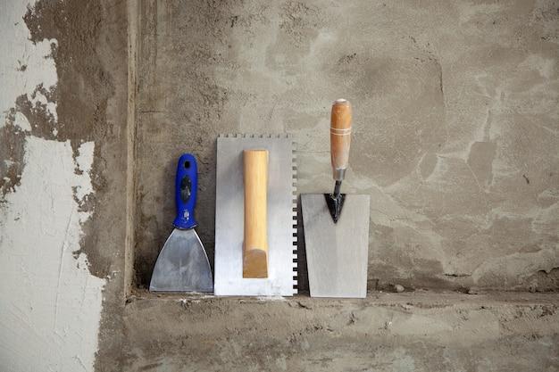Construcción de herramientas de llana de acero inoxidable y espátula Foto Premium