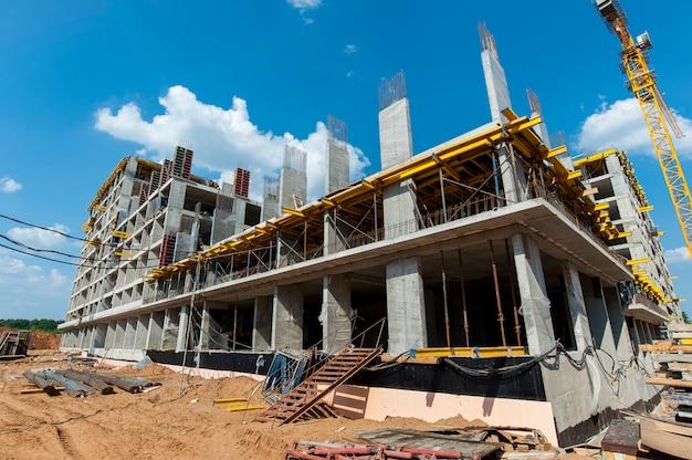 Construcción monolítica en un sitio de construcción en verano Foto Premium
