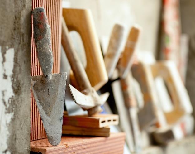 Construcción de mortero de cemento herramientas de mortero. Foto Premium